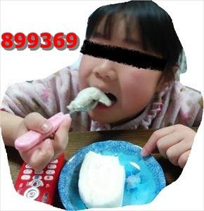 ノンエッグロールケーキを食べる子供